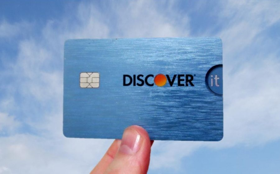 hand holding the discover it credit card